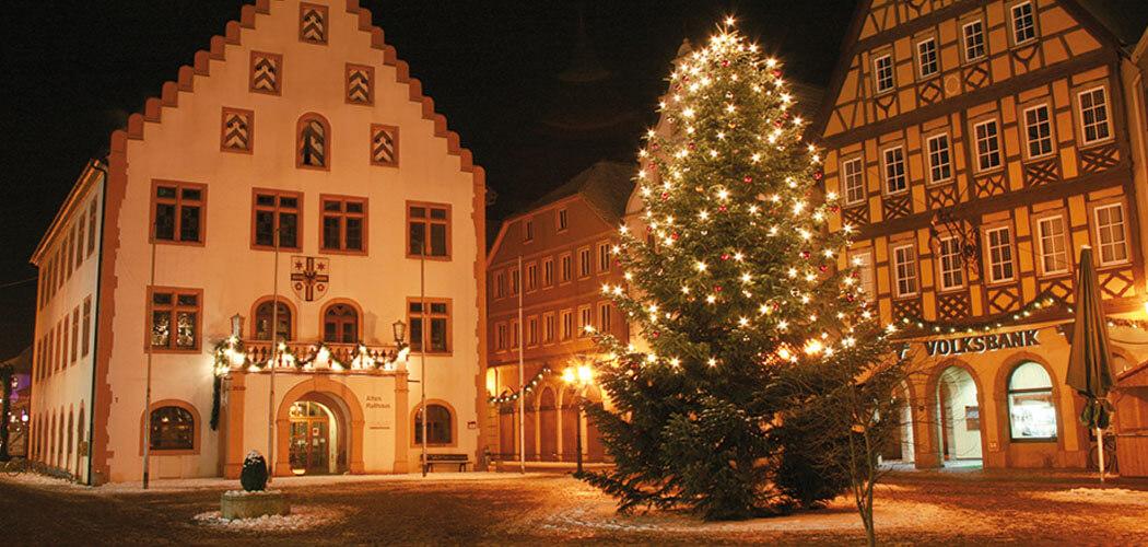 Festlich beleuchteter Marktplatz von Bad Mergentheim in winterlicher Landschaft