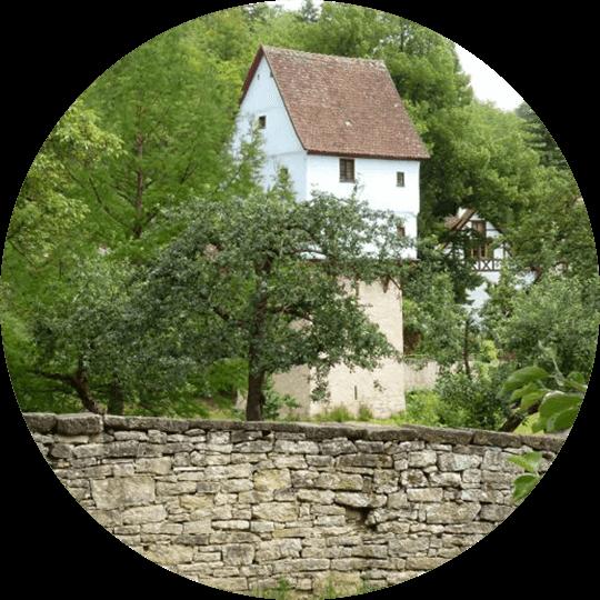 Blick auf das mittelalterliche Topplerschlösschen im Taubertal