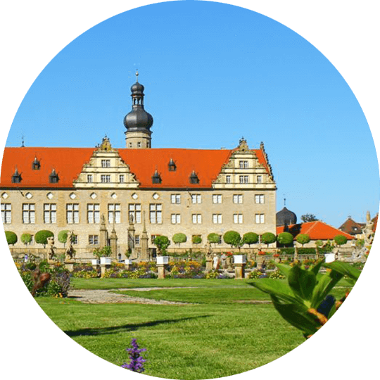 Außenansicht auf Schloss Weikersheim und der barocken und kunstvollen Gartenanlage