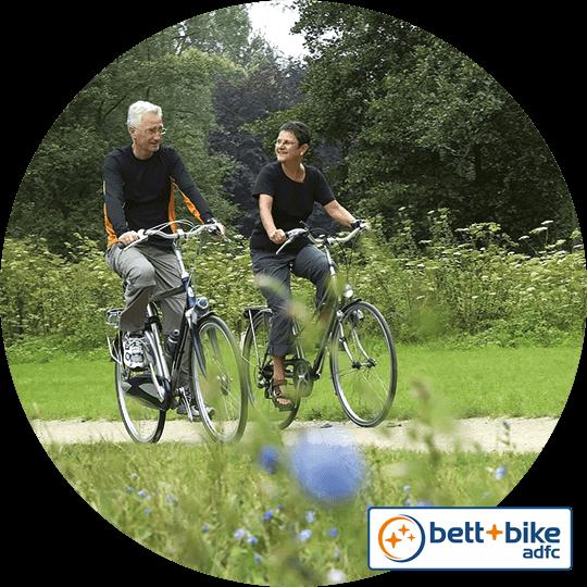 """Mann und Frau als Radfahrer auf einem Radausflug, unterwegs durch das """"Liebliche Taubertal"""""""