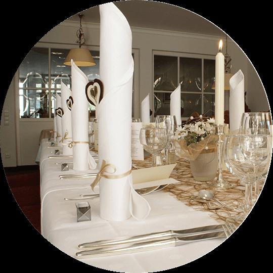 Stilvoll gedeckter und dekorierter Tisch im Speisesaal im Hotel Alexa Bad Mergentheim