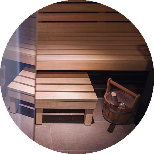 Sauna mit Sitzbank aus Holz
