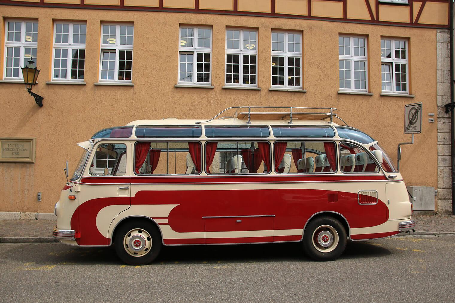 Roter Oldtimerbus beim Oldtimer Bustreffen auf dem Marktplatz in Bad Mergentheim.
