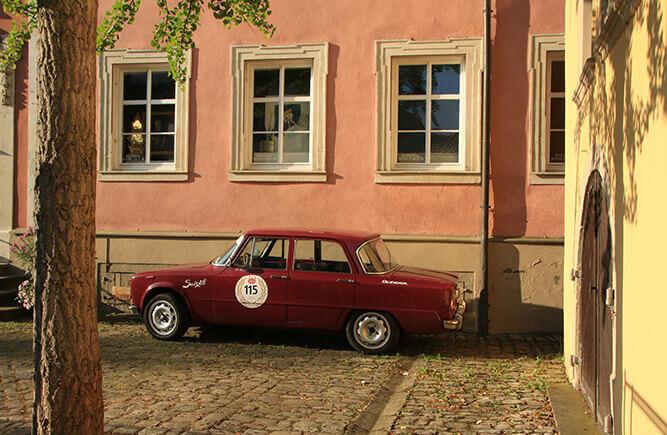 Roter Oldtimer in einem historischen Hof in Bad Mergentheim.