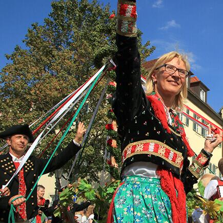 Frau in traditioneller Bunter Tracht bei einem Fest in Markelsheim, ein Ortsteil von Bad Mergentheim.