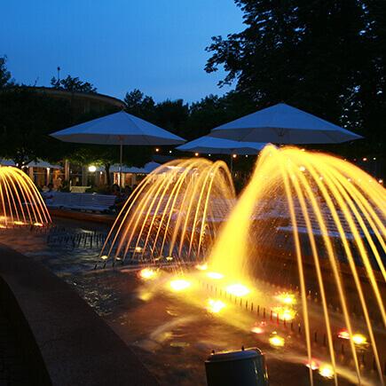 Illuminierte Wasserspiele im Kurpark Bad Mergentheim.