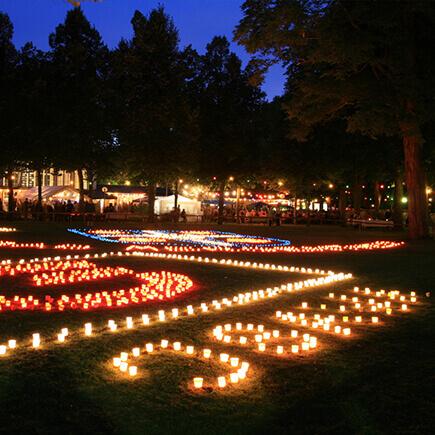 Schriftzug und Stadtwappen aus Kerzen beim Kurparkfest in Bad Mergentheim.