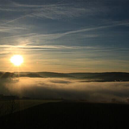Sonnenaufgang über dem nebligen Taubertal.