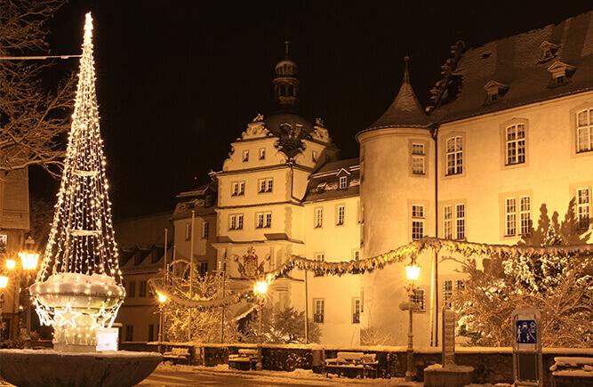 Verschneiter Deutschordensplatz mit Deutschordensschloss in Bad Mergentheim.