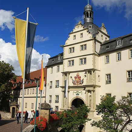 Fahnen vor dem Hauptportal des Deutschordensschloss in Bad Mergentheim.