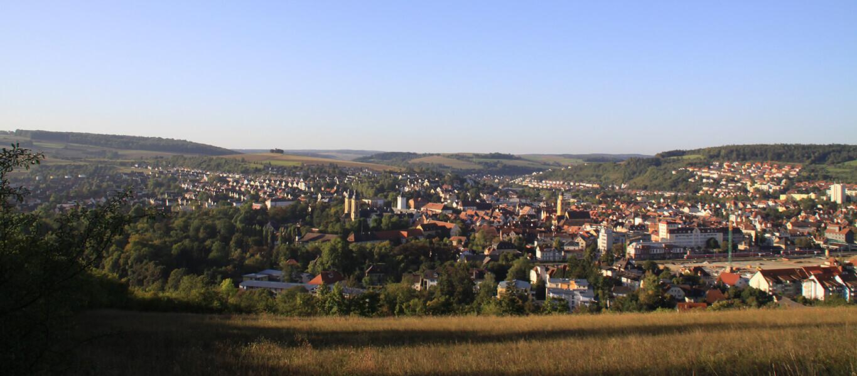 Panorama der Stadt Bad Mergentheim von einem Berg aus aufgenommen.