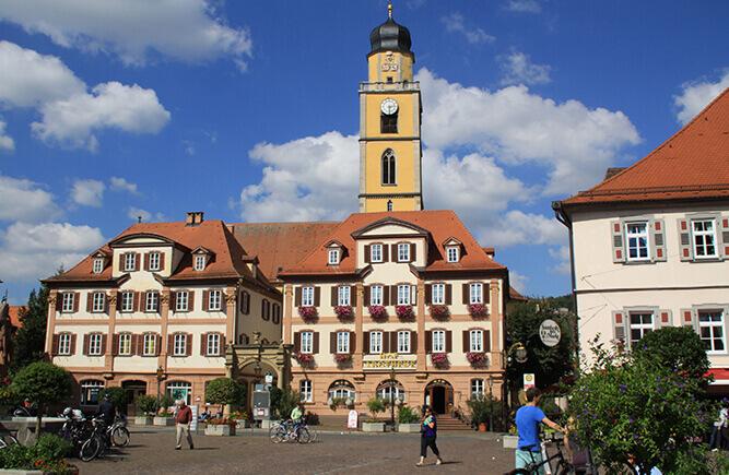 Die Zwillingshäuser am Marktplatz in Bad Mergentheim, im Hintergrund der Kirchturm.