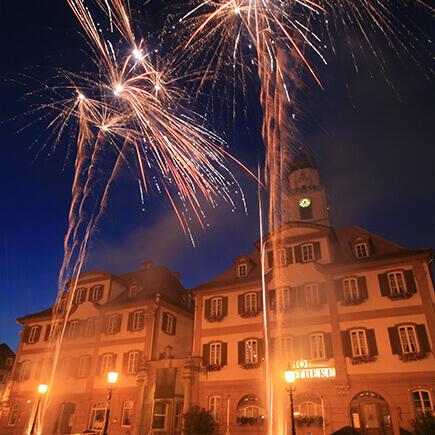 Feuerwerk vor den Zwillingshäusern auf dem Marktplatz in Bad Mergentheim.