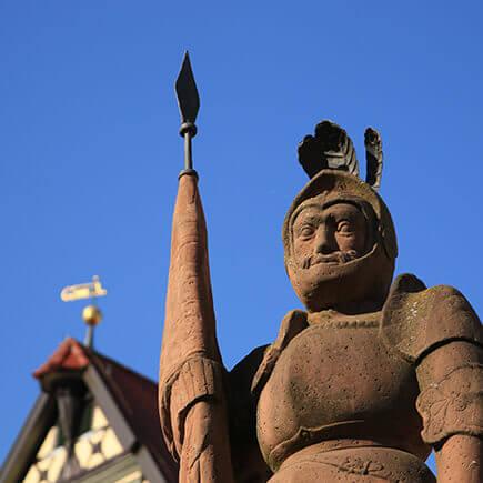Statue des Milchlings der auf dem Bad Mergentheimer Marktplatz steht.