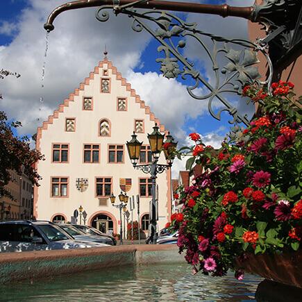 Blick vom Brunnen auf dem Hans-Heinrich-Ehrler Platz auf das alte Rathaus in Bad Mergentheim.
