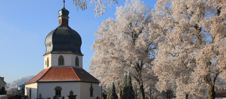 Friedhofskapelle und verschneite Bäume auf dem alten Friedhof in Bad Mergentheim.