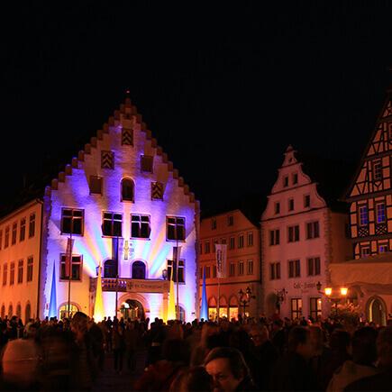 Illuminierter Marktplatz mit altem Rathaus beim Stadtfest Bad Mergentheim.
