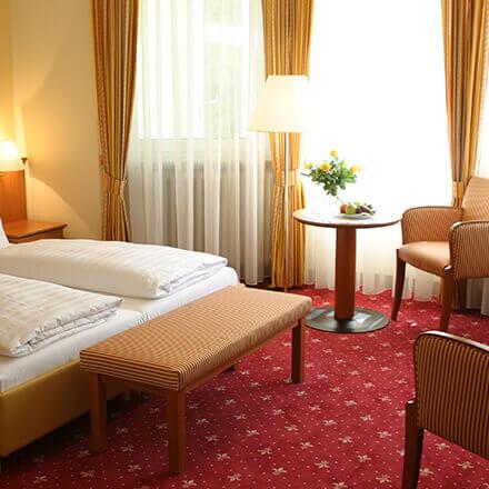 Betten im hellen Standard-Doppelzimmer im Hotel Alexa Bad Mergentheim