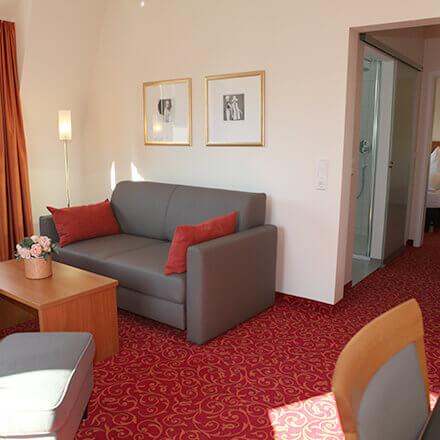 Wohnbereich der Suite Emilie im Hotel Alexa Bad Mergentheim