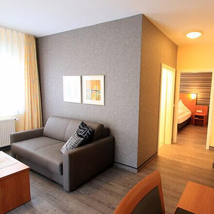 Wohnbereich und Schlafbereich der Suite Otto im Hotel Alexa Bad Mergentheim