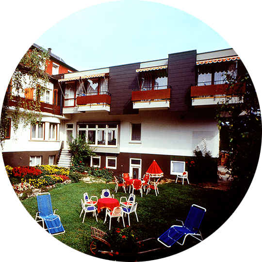 Historical picture of the garden with sunbathing area of the Hotel Alexa around 1982