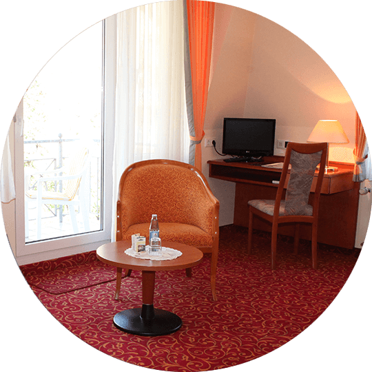 Sitz- und Arbeitsmöglichkeit im Komfort-Einzelzimmer im Hotel Alexa Bad Mergentheim