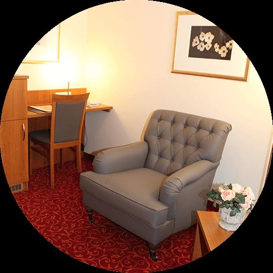 Gemütlicher, großzügiger Sessel in der Suite Amalie im Hotel Alexa Bad Mergentheim