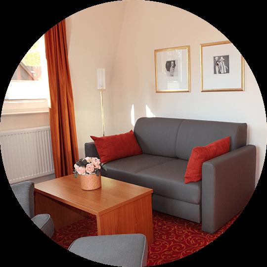 Wohnbereich mit Sofa in der Suite Emilie im Hotel Alexa Bad Mergentheim