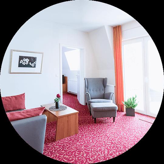 Moderner und heller Wohnbereich der Suite Line im Hotel Alexa in Bad Mergentheim