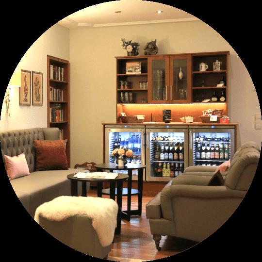 Aufenthaltszimmer imit Getränke-Service im Hotel Alexa in Bad Mergentheim