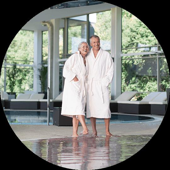 Mann und Frau im Bademantel am Rande eines Pools in der Solymar Therme Stilvoll gedeckter und dekorierter Tisch im Speisesaal im Hotel Alexa Bad Mergentheim