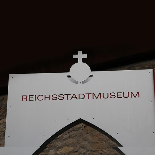 """Schild mit Aufschrift """"Reichsstadtmuseum"""" im Dominikanerkloster"""
