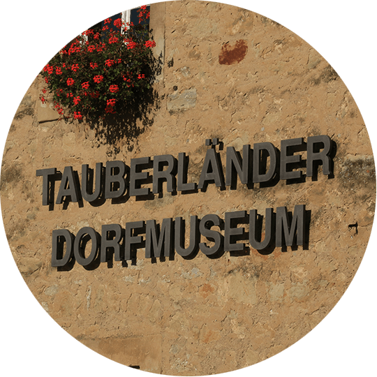 """Aufschrift """"Tauberländer Dorfmuseum"""" an Außenwand in Weikersheim"""
